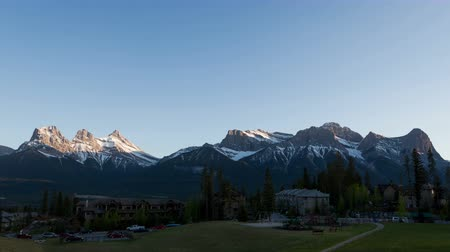 alpy : 4K Time lapse of the Three Sisters mountains in Canmore, Alberta, Canadas Rocky Mountains at sunset