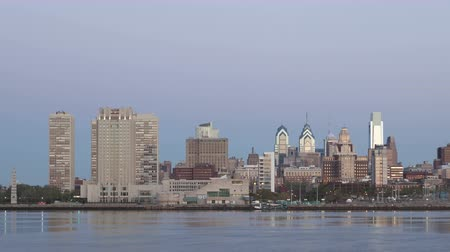 philadelphie : PHILADELPHIA, PA, United States - Apr 28, 2014: 4K Time lapse zoom in of Philadelphia Skyline at dawn with twilight and a cargo ship crossing on Delaware River Dostupné videozáznamy