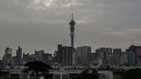 áfrica do sul : JOHANNESBURG, SOUTH AFRICA - MAR 22, 2010: 4K Timelapse zoom out of the Skyline with clouds passing by
