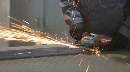 bulharština : Cutting, machine, metal, grinding., Sparks, fly, from, circle.