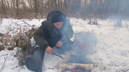 протирать : Cooking food at the stake in a hike.