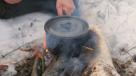 полезный : Cooking food at the stake in a hike.