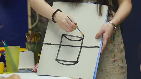 teacher explains how to draw a vase Wideo