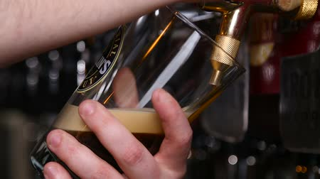 The barman pours a dark beer without gas Vídeos