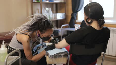 coisas : tattoo master girl stuffing a tattoo on her arm