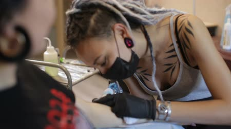 хозяин : tattoo master girl stuffing a tattoo on her arm