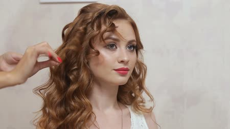 красные волосы : Master stylist makes the bride wedding hairstyle using spray lacquer fixing