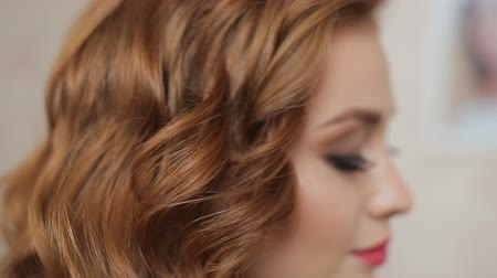 grzebień : Master stylist makes the bride wedding hairstyle using spray lacquer fixing
