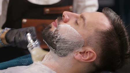 bigode : Skillful beautician preparing to shave stubble