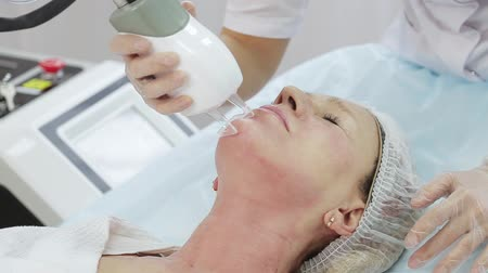 手順 : Resurfacing facial skin with a laser. Modern innovative medical equipment. laser face polishing in a cosmetology clinic