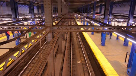subdivisão : NEW YORK CITY - APRIL 15: Chambers St. Station April 15, 2013 in New York, NY. The station is served by the Metropolitan Transit Authority (MTA) which carries over 11 million passengers on weekdays.