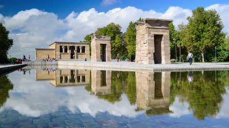 İspanya : MADRID, SPAIN - CIRCA 2014: Tourists walk around the Temple of Debod. The ancient Egyptian temple was gifted to Spain.