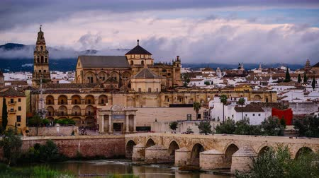 İspanya : Cordoba, Spain town skyline at the Roman Bridge and Mosque-Cathedral.