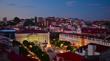 filmes : Lisbon, Portugal city skyline over Rossio Square at night.