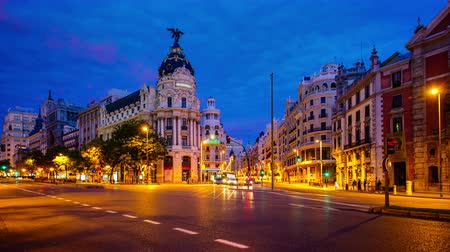 madryt : Traffic passes through Gran Via. The street is known as an upscale shopping district. Wideo