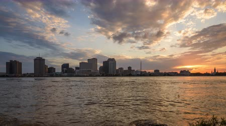anahtar kelimeler : New Orleans, Louisiana, USA skyline time lapse over the Mississippi River. Stok Video