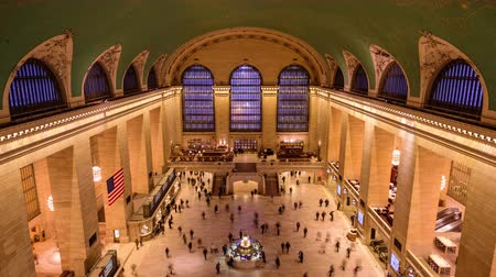 центральный : NEW YORK CITY - OCTOBER 28, 2016: Crowds walk in the main concourse of historic Grand central Terminal. Стоковые видеозаписи