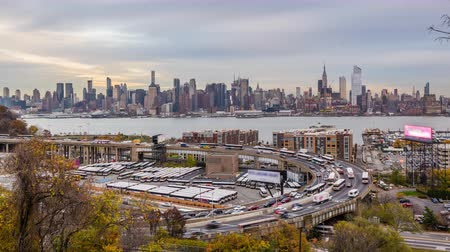 New York, New York, USA skyline over The Helix Loop. Wideo