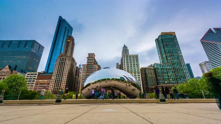 CHICAGO - ILLINOIS: 10 MEI 2018: Cloud Gate in Millennium Park van de schemering tot de nacht.