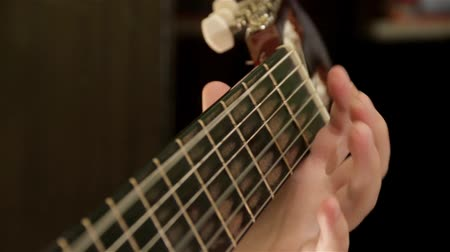gitáros : Close Up View Of Guitarist Fingers Playing On The Fretboard On Acoustic Guitar