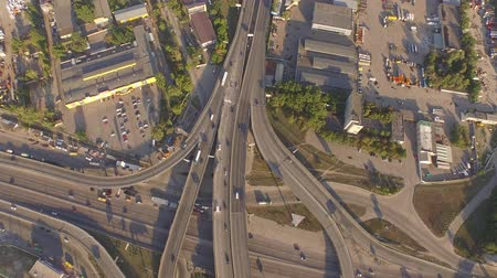 junção : Aerial footage of highway and overpass with cars and trucks.