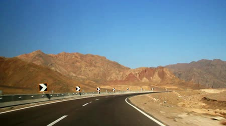 afrika : Driving through a mountain pass in the desert, Sinai, Egypt.