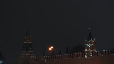 kupole : Saint Basils Cathedral, Kremlin clock, Kremlin wall, panorama, night, no people