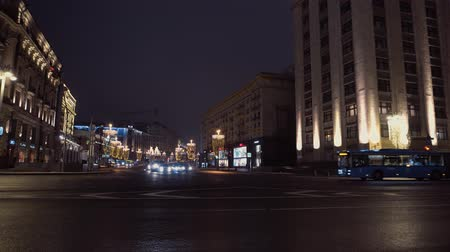 мостовая : Bendy bus passes the intersection. background night city, majestic architecture