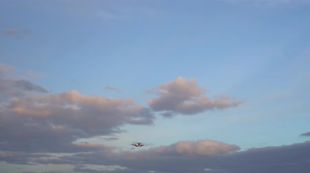 aeroespaço : Modern business jet flies in sky on clear sunny day, beautifully shaped clouds