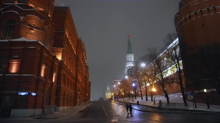 kreml : Red Square. Smooth forward movement. Kremlin clock with red star. Winter night Dostupné videozáznamy