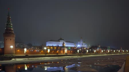 базилика : Kremlin wall. Tower with red star on top. Moscow river covered with ice. Winter Стоковые видеозаписи