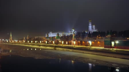 wandklok : Moscow river is covered with ice. Embankment. Kremlin wall. Winter Night. 4K Stockvideo