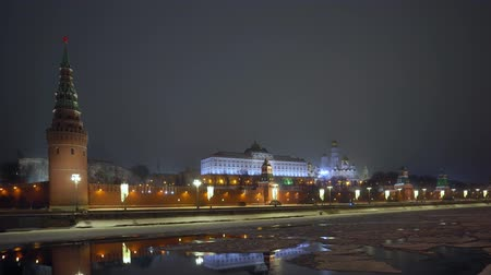 wandklok : Kremlin wall. Tower with red star on top. Moscow river covered with ice. Winter Stockvideo