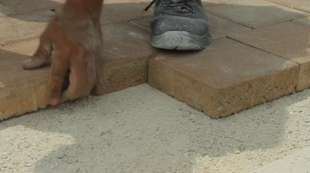 çini : Worker laying brick tiles on the road Stok Video