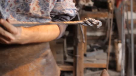 indústria : Blacksmith work. The blacksmith does arrow from metal.