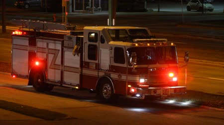 departamento : Firetruck is on the side of the road at night in the city  Vídeos