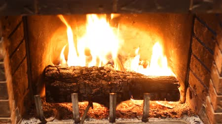 şömine : Burning wood in stone fireplace