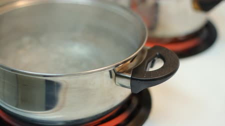 előkészítés : Pot full of boiling water on the electric stove.