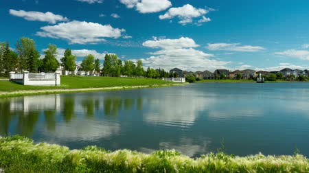 kanada : Time Lapse of Blue Sky and Clouds at the pond