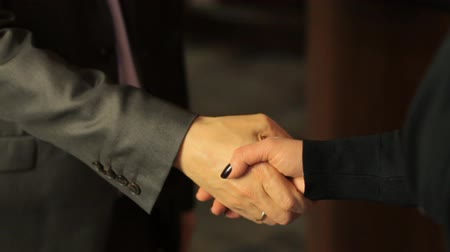 gravata :  Meeting and handshake of businessmen in the office. Slow motion Stock Footage
