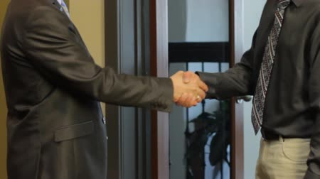 gravata :  Meeting and handshake of businessmen in the office
