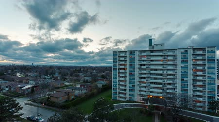 immobilien : Appartement gebouw rond privé huizen. Time-lapse 4k video Stockvideo