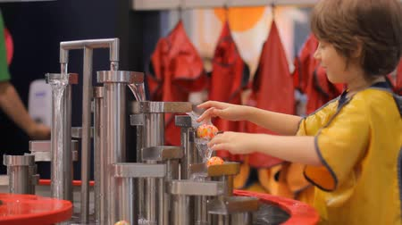 educacional : Boy plays with water at children museum of science Vídeos