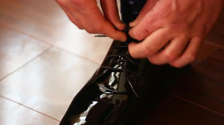 cipőfűző : Close-up of tying the laces on expensive shoes