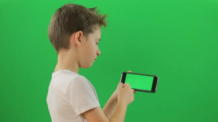 ekran : Kid looking through green screen pages. Green Screen