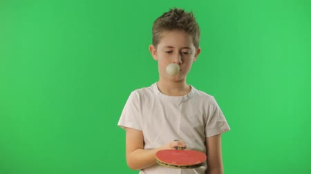sport dzieci : Kid juggles the ping pong ball. Green screen