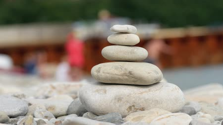 стабильность : A stack of round stones standing on the shore of a sea. Concept of balance and harmony. Rocks on the coast of the Sea in the nature.