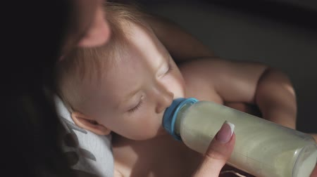 vzorec : Baby boy, asleep with bottle. Pretty baby boy drinking milk from bottle, close up. Dostupné videozáznamy