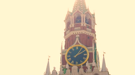 капитал : Kremlin chiming clock on the Spasskaya Tower. Moscow. Russia.