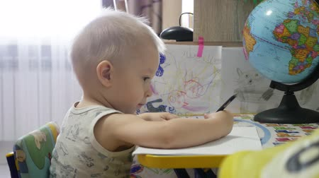 przedszkolak : Cute kid boy painting at home, 1 year old toddler baby boy child painting with pencils, happy preschooler. Creative play for toddlers concept.